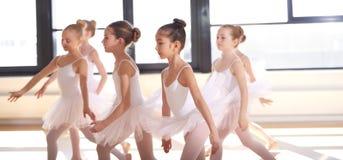 Группа в составе молодой выполнять балерин Стоковая Фотография