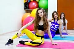 Группа в составе молодой womensitting в фитнес-клубе Здоровый уклад жизни Стоковое Изображение