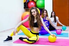 Группа в составе молодой womensitting в фитнес-клубе Здоровый уклад жизни Стоковая Фотография RF