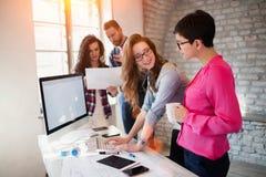 Группа в составе молодые архитекторы работая на компьютере Стоковая Фотография