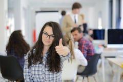 Группа в составе молодые бизнесмены имея потеху, ослабляя и работая в творческом космосе комнаты Стоковая Фотография