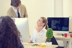 Группа в составе молодые бизнесмены имея потеху, ослабляя и работая в творческой комнате Стоковое фото RF