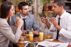 Группа в составе молодые бизнесмены наслаждается в обеде на ресторане Стоковое Фото