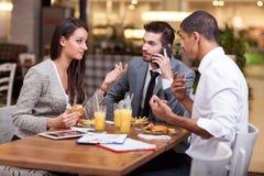 Группа в составе молодые бизнесмены наслаждается в обеде на ресторане Стоковая Фотография RF