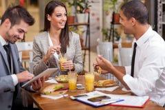 Группа в составе молодые бизнесмены наслаждается в обеде на ресторане Стоковое фото RF