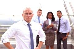 Группа в составе молодые бизнесмены представлять внешний Стоковое Изображение
