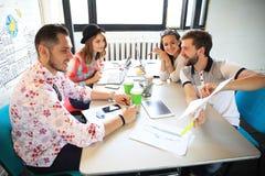 Группа в составе молодые бизнесмены, Startup предприниматели работая на их рискованом начинании в coworking космосе стоковые изображения