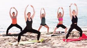 Группа в составе молодые женщины выполняя йогу Стоковое Фото