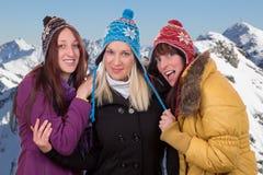 Группа в составе молодые женщины в зиме в горах Стоковые Изображения RF