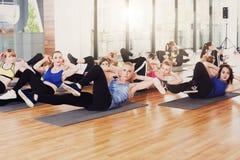 Группа в составе молодые женщины в классе фитнеса, перекрестные хрусты Стоковое Изображение