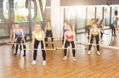 Группа в составе молодые женщины в классе фитнеса Стоковое Фото