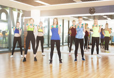 Группа в составе молодые женщины в классе фитнеса Стоковые Изображения