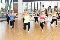 Группа в составе молодые женщины в классе фитнеса Стоковое Изображение RF