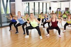Группа в составе молодые женщины в классе фитнеса Стоковая Фотография RF