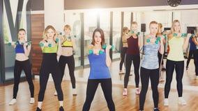 Группа в составе молодые женщины в классе фитнеса Стоковые Фото