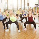 Группа в составе молодые женщины в классе фитнеса Стоковое фото RF