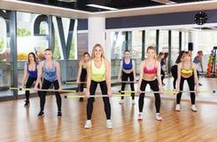 Группа в составе молодые женщины в классе фитнеса Стоковая Фотография