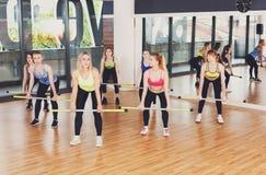 Группа в составе молодые женщины в классе фитнеса Стоковое Изображение