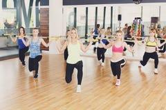 Группа в составе молодые женщины в классе фитнеса Стоковые Фотографии RF