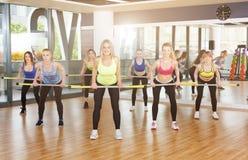 Группа в составе молодые женщины в классе фитнеса, deadlift Стоковые Фотографии RF