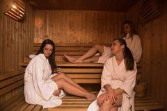 Группа в составе молодые женщины в сауне Стоковое Изображение