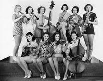 Группа в составе молодые женщины играя аппаратуру (все показанные люди более длинные живущие и никакое имущество не существует Th стоковые изображения