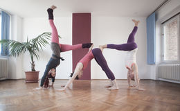 Группа в составе молодые женщины практикуя йогу Стоковая Фотография RF
