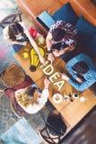Группа в составе молодые и творческие люди на таблице, говоря Стоковые Изображения