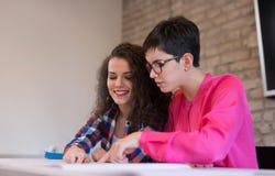 Группа в составе молодые коллеги работая совместно в офисе Стоковая Фотография