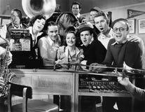 Группа в составе молодые музыканты выполняя в магазине музыки (все показанные люди более длинные живущие и никакое имущество не с стоковые фото