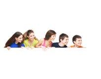 Группа в составе молодые подростки держа белое знамя стоковые фото