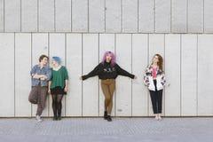 Группа в составе молодые подруги отрочества стоковое изображение