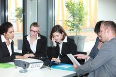 Группа в составе молодые профессионалы дела в встрече Стоковые Изображения