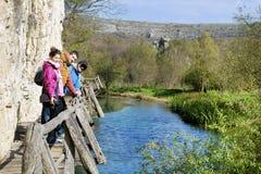 Группа в составе молодые друзья вне для прогулки в горе Ландшафт реки Стоковые Фото