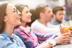 Группа в составе молодые друзья встречая в кафе Стоковые Изображения