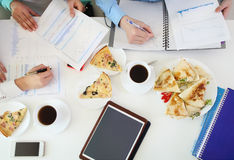 Группа в составе молодые студенты изучая совместно на таблице Стоковое Изображение