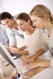 Группа в составе молодые студенты работая на компьютере Стоковая Фотография