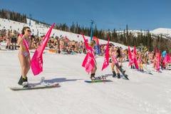 Группа в составе молодые счастливые милые женщины на сноуборде в красочном бикини с флагами Стоковое фото RF