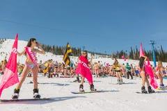 Группа в составе молодые счастливые милые женщины на сноуборде в красочном бикини с флагами Стоковое Изображение