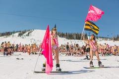Группа в составе молодые счастливые милые женщины на сноуборде в красочном бикини с флагами Стоковые Изображения RF