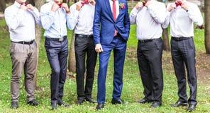 Группа в составе молодые человеки с бабочкой жизнерадостные друзья друзья outdoors венчание сбора винограда дня пар одежды счастл Стоковая Фотография