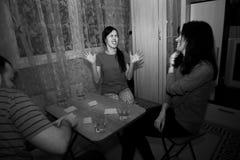 Группа в составе молодые люди играя карточек Стоковая Фотография RF