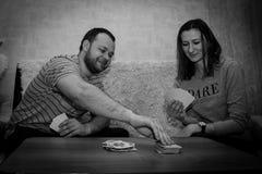 Группа в составе молодые люди играя карточек Стоковое Фото