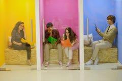Группа в составе молодые люди имея потеху, ослабляя и работая в творческом космосе Стоковые Фото