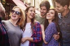 Группа в составе молодые люди имея полезного время работы Стоковое Изображение