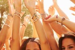 Группа в составе молодые люди наслаждаясь внешним музыкальным фестивалем стоковое фото rf
