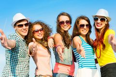 Группа в составе молодые люди нося солнечные очки и шляпу Стоковая Фотография