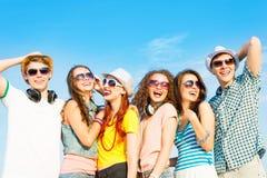 Группа в составе молодые люди нося солнечные очки и шляпу Стоковое Изображение RF