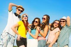 Группа в составе молодые люди нося солнечные очки и шляпу Стоковое Изображение