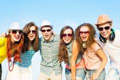Группа в составе молодые люди нося солнечные очки и шляпу Стоковые Изображения RF